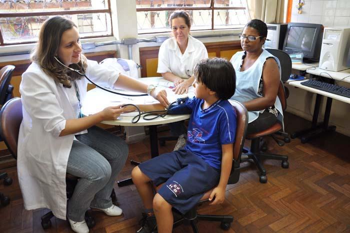 Programa Saúde na Escola 21/05/2010 O Programa Saúde na Escola possibilita o atendimento de crianças e jovens que deixam de frequentar os centros de saúde, atuando não apenas em casos de doença, mas também na prevenção.  Foto SMSA